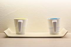 Zwei weiße Kaffeetasse im Raum Lizenzfreies Stockbild