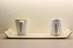 Zwei weiße Kaffeetasse im Raum Stockbilder
