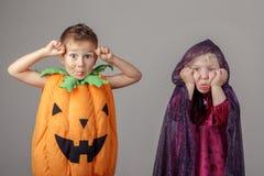 Zwei weiße kaukasische entzückende Kinder gekleidet für Halloween Stockbilder