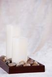 Zwei weiße Kerzen in Polierfelsen Lizenzfreie Stockbilder