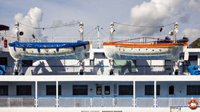 Zwei weiße Rettungsboote an Bord Lizenzfreie Stockfotos