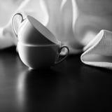 Zwei weiße Schalen und Tischdecke auf dem Tisch stockfotografie