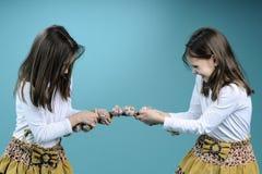 Zwei weiße Schwestern in Konkurrenz Lizenzfreies Stockfoto
