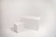 Zwei weiße Würfel auf weißer Wand Lizenzfreie Stockbilder
