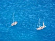 Zwei weiße Yachten Stockfotos