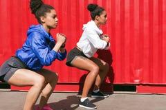 Zwei weibliche Athleten, die draußen trainieren stockfotos