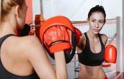 Zwei weibliche Athleten, die an einem Haken arbeiten Stockfotos