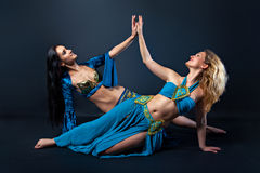 Zwei weibliche Bauchtänzerinnen stockbilder