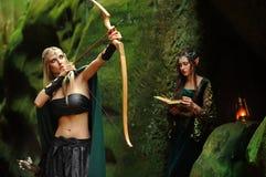 Zwei weibliche Elfen, die im Wald gehen Lizenzfreie Stockfotografie