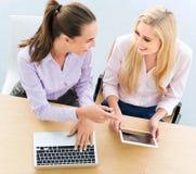 Zwei weibliche Geschäftskollegen lizenzfreie stockfotos
