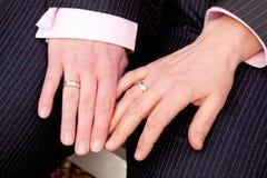 Zwei weibliche Hände mit Eheringen Stockbild