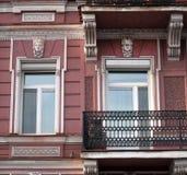 Zwei weibliche Karyatiden, Haus und wilde Stockbild