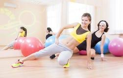 Zwei weibliche kaukasische Athleten im guten Sitz, der mit Fitballs aufwirft lizenzfreie stockbilder