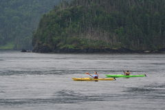 Zwei weibliche Kayakers im Regen Stockbilder