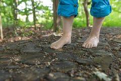 Zwei weiblicher Fuß geht über hölzerne Disketten hinaus stockfoto