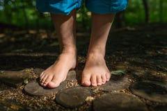 Zwei weiblicher Fuß steht auf hölzernen Disketten lizenzfreie stockfotos