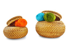 Zwei Weidenkästen mit gelbem Thread auf weißem Hintergrund Stockfotografie