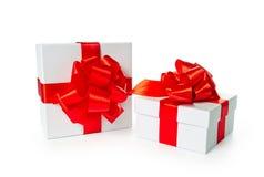 Zwei weiße Pappequadrat-Geschenkkästen Stockbilder