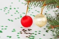 Zwei Weihnachtsbälle auf dem Baum Stockfoto