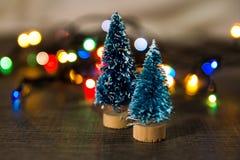 Zwei Weihnachtsbäume auf dem Hintergrund von hellen Geschenken, farbige Lichter, Lizenzfreie Stockfotos