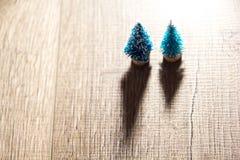Zwei Weihnachtsbäume auf dem Hintergrund von hellen Geschenken, farbige Lichter, Lizenzfreie Stockfotografie