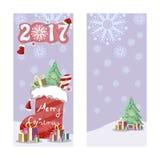 Zwei Weihnachtsfahnen im Retrostil Weihnachtsstiefel mit Geschenken, Bonbons und verziertem s-Baum Dekorative Aufschrift des Komm Stockfoto