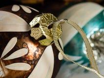 Zwei Weihnachtskugeln lizenzfreie stockfotos
