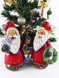 Zwei Weihnachtsmann-Figürchen und Miniweihnachtsbäume lizenzfreie stockfotografie