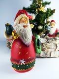 Zwei Weihnachtsmann-Figürchen und Miniweihnachtsbäume stockbild