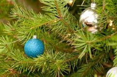 Zwei Weihnachtsverzierungen Stockfotos