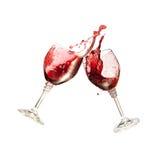 Zwei Wein-Gläser, die zusammen in einem splashy Toast klirren Stockbild
