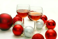 Zwei Wein-Gläser umgeben durch Weihnachtsdekorationen Lizenzfreie Stockbilder