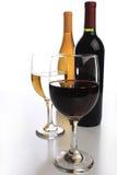 Zwei Weinflaschen mit Gläsern Stockfotografie
