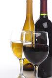 Zwei Weinflaschen mit Gläsern Lizenzfreie Stockbilder