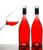 Zwei Weinflaschen und -glas lizenzfreies stockbild