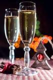 Zwei Weingläser des Champagners und neues Jahr ` s der Dekoration und Zimt auf dem bokeh Hintergrund Stockfoto