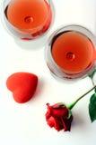 Zwei Weingläser, eine Rose und ein Inneres Stockfotografie