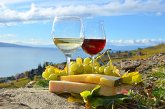 Zwei Weingläser, Käse und Lizenzfreies Stockfoto