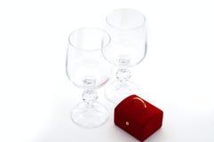 Zwei Weingläser und Überraschung Stockfotos
