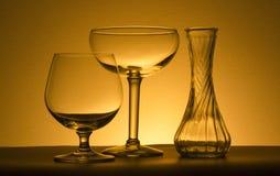 Zwei Weingläser und ein Vase Stockbild