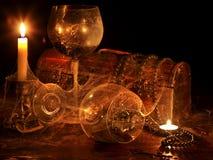 Zwei Weinglas und -kerze. stockfotos