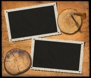 Zwei Weinlese-Foto-Rahmen auf hölzerner Wand lizenzfreie abbildung