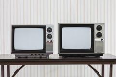 Zwei Weinlese Televisons auf Tabelle Lizenzfreies Stockfoto