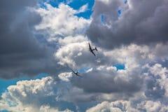 Zwei Weinleseflugzeuge DC-3 fliegen in den Himmel stockfoto