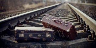 Zwei Weinlesekoffer geworfen auf Bahnschienen Lizenzfreie Stockbilder