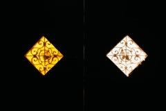 Zwei Weinlesemattfenster von Gelbem und von weißem lizenzfreie stockbilder