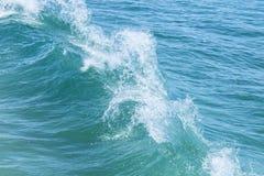 Zwei Wellen stoßen weg von a von einer Tropeninsel zusammen Lizenzfreie Stockfotografie