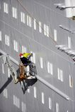 Zwei Werftarbeitskräfte auf Kirschpicker Lizenzfreies Stockbild