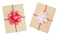 Zwei wickelten braune Geschenkbox mit rotem Band und den Bogen, der auf weißem Hintergrund, Draufsicht lokalisiert wurde ein Lizenzfreies Stockfoto