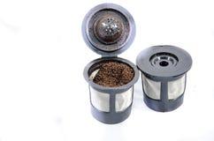 Zwei wiederverwendbare Kaffeefilter mit frischem gemahlenem Kaffee Lizenzfreie Stockbilder
